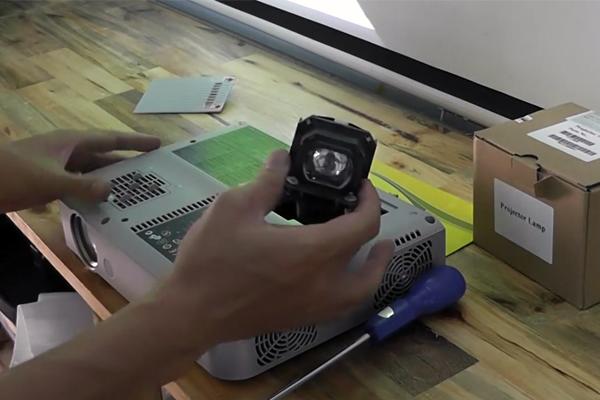Hướng dẫn thay bóng đèn máy chiếu Panasonic