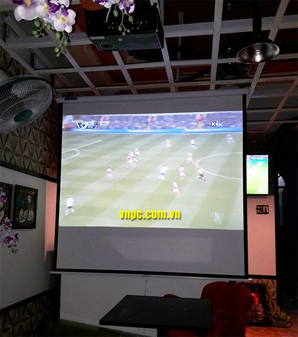 Chọn mua màn chiếu phù hợp để xem bóng đá K+ với giá rẻ