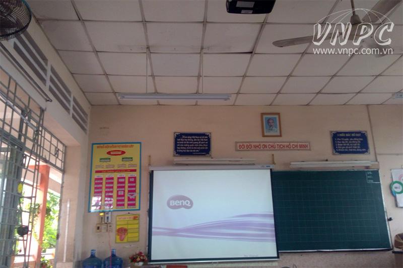Vì sao nên mua máy chiếu cho lớp học thay vì màn hình LCD?