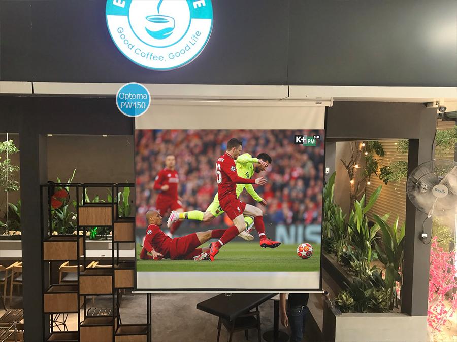 Lắp máy chiếu Optoma PW450 xem bóng đá cho quán cafe