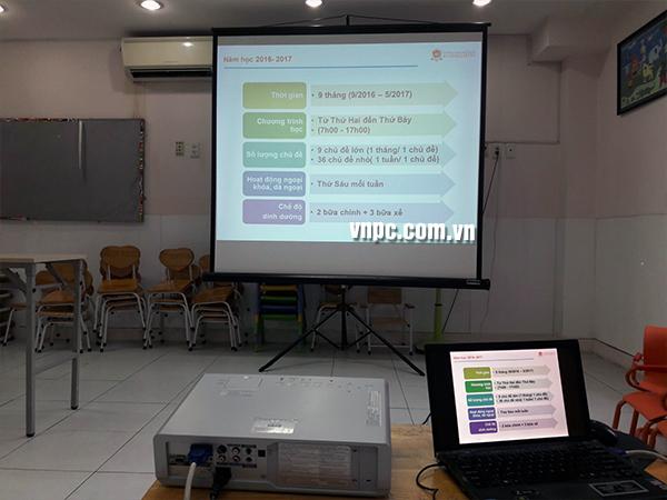 Màn chiếu 3 chân di động cho văn phòng và lớp học