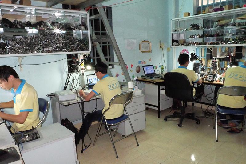 Kỹ thuật viên sửa chữa máy chiếu tại VNPC đang làm việc