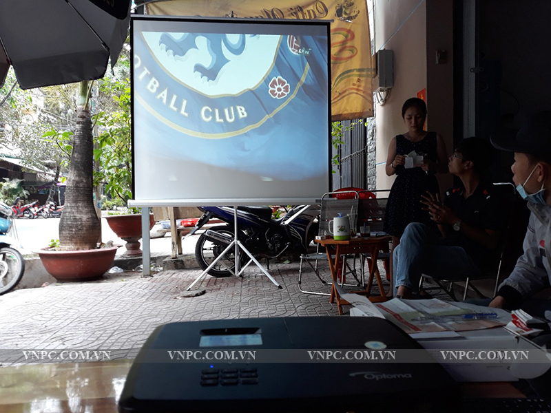 Bộ máy chiếu Optoma PS368 & Màn chiếu 3 chân 1m8 quán Cafe