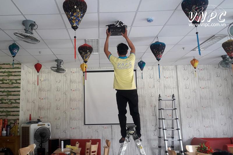 Lắp máy chiếu Optoma PS368 bóng đá cho quán cà phê văn phòng