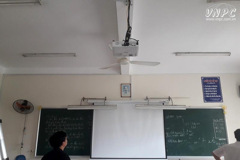 Lắp máy chiếu dạy học tại trường THCS Hoàng Hoa Thám
