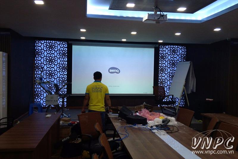 Lắp máy chiếu BenQ MH534 cho phòng họp công ty siêu lớn
