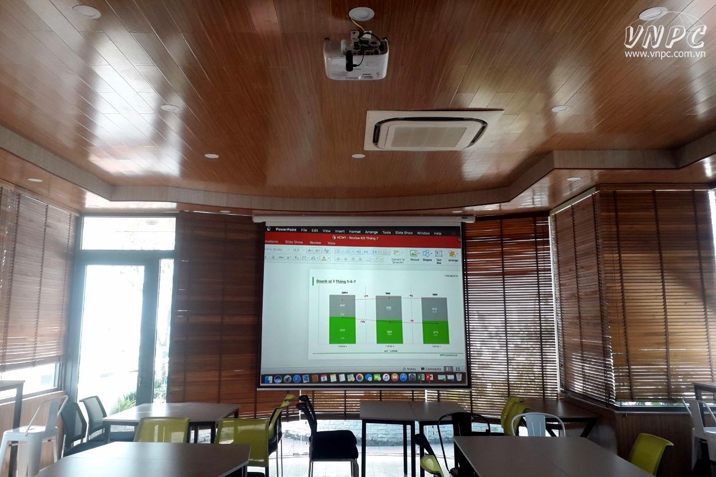 Lắp máy chiếu Epson EB-2247U độ sáng cao cho phòng họp