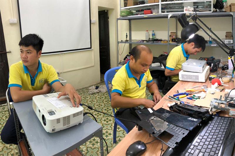 Sửa máy chiếu giá rẻ linh kiện chính hãng tại Hưng Yên