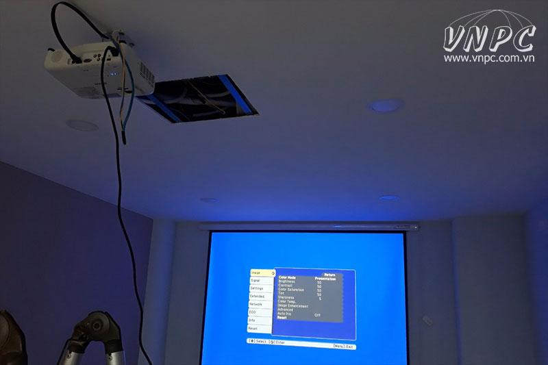 Lắp máy chiếu Epson EB-X05 cho phòng họp công ty tại Q.4