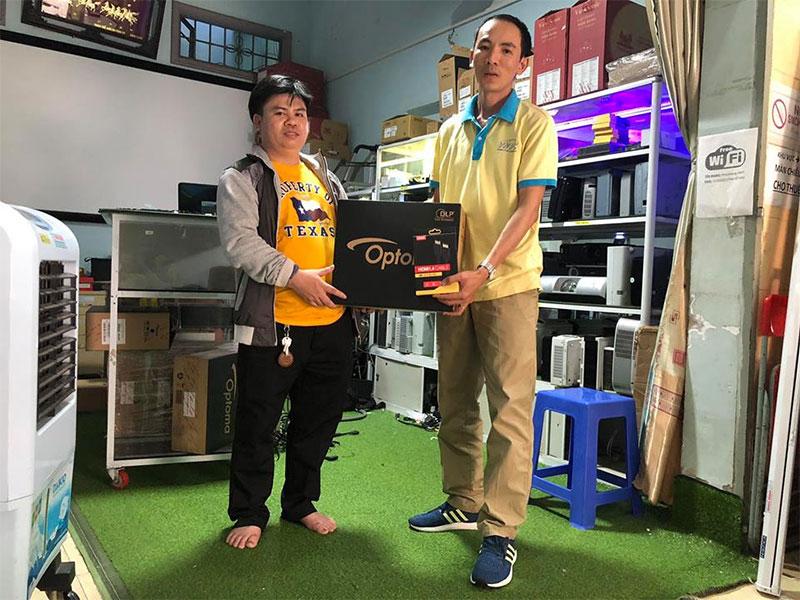 Khách mua máy chiếu Optoma PW450 tại VNPC