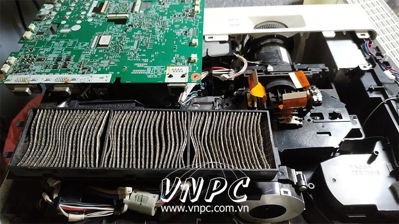 Hình ảnh máy chiếu Panasonic bám nhiều bụi bẩn.
