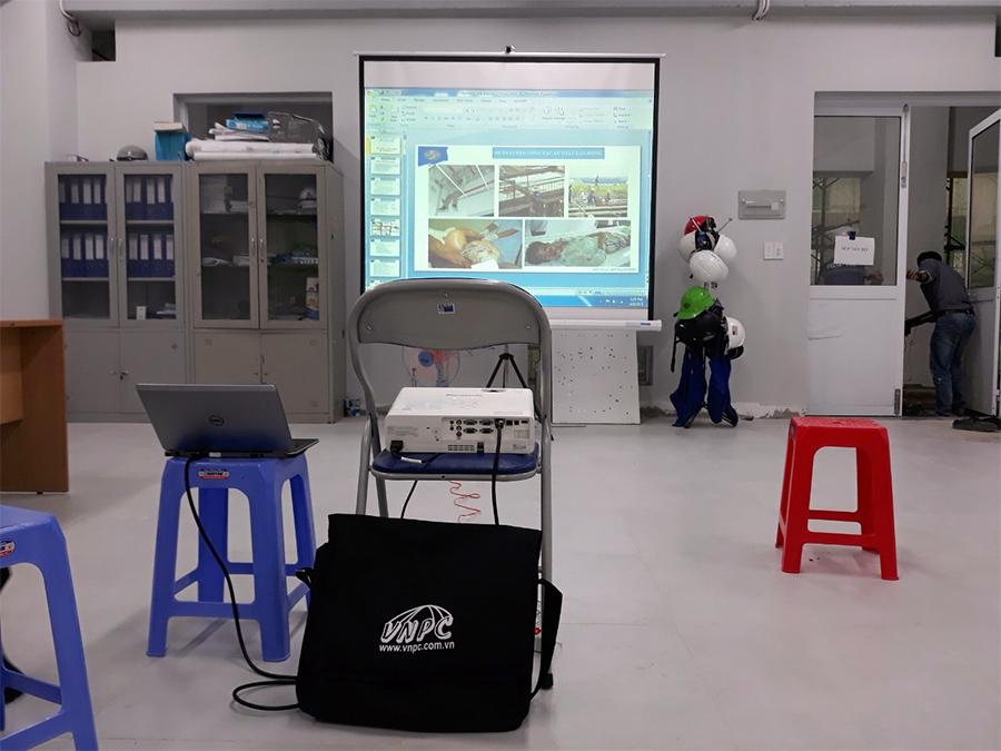 Cho thuê màn chiếu 3 chân 100 inch tổ chức khóa học tại Q.9
