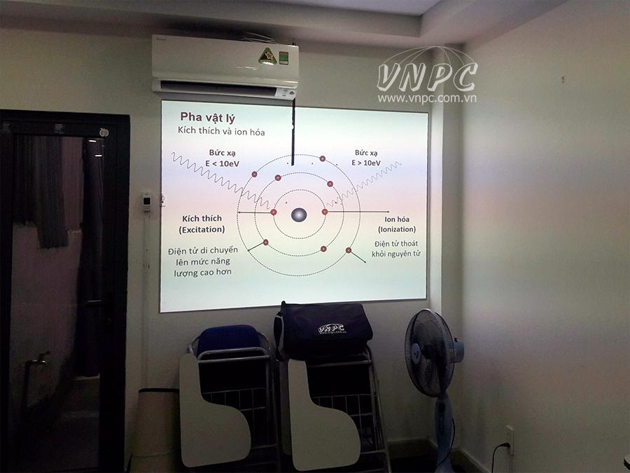 Lắp đặt máy chiếu Optoma PX390 chiếu trực tiếp lên tường