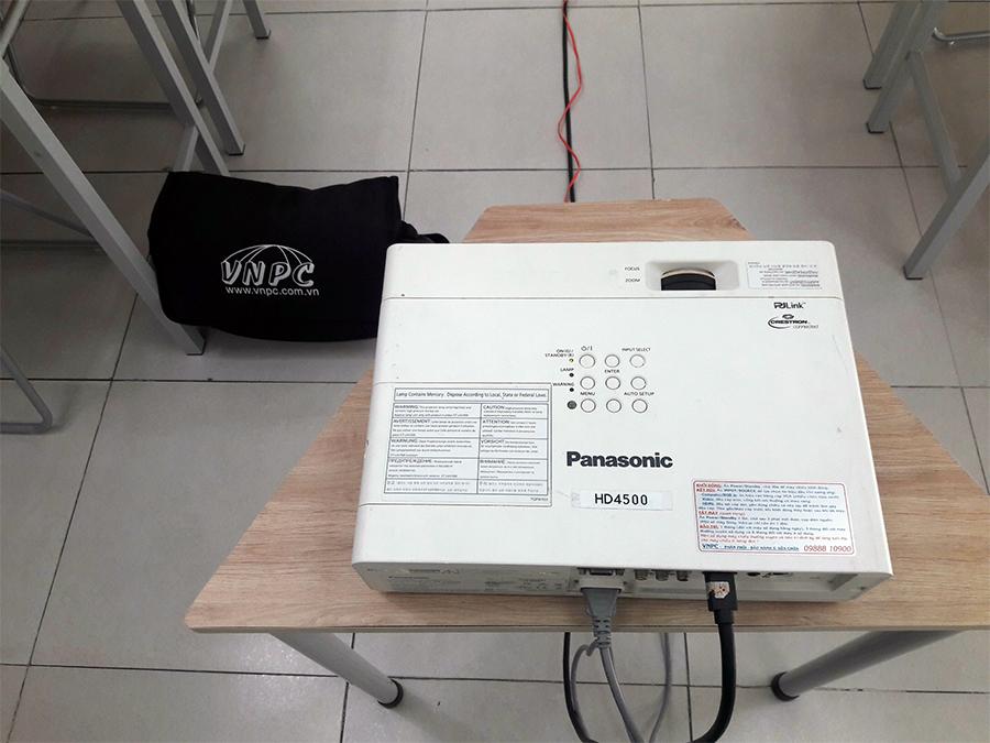 Cho thuê máy chiếu độ sáng cao 5500 Lumen chiếu lên bảng Mica