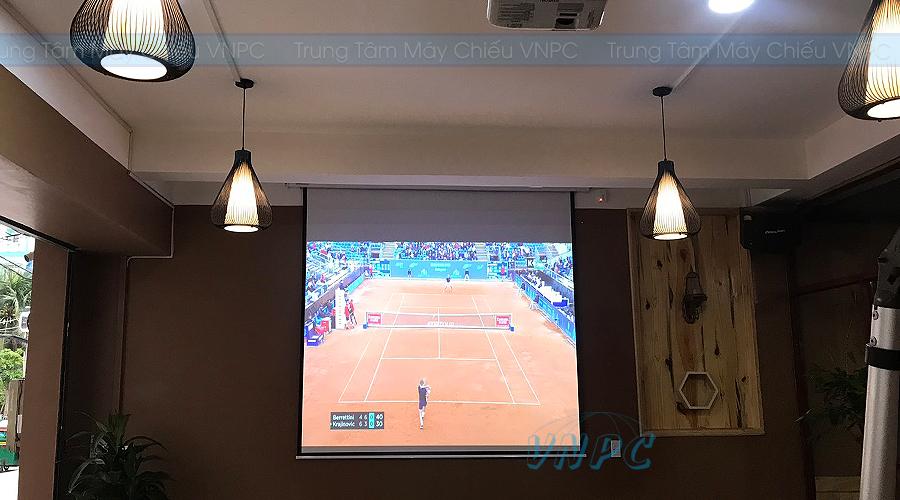 Máy chiếu xem bóng đá quán cafe