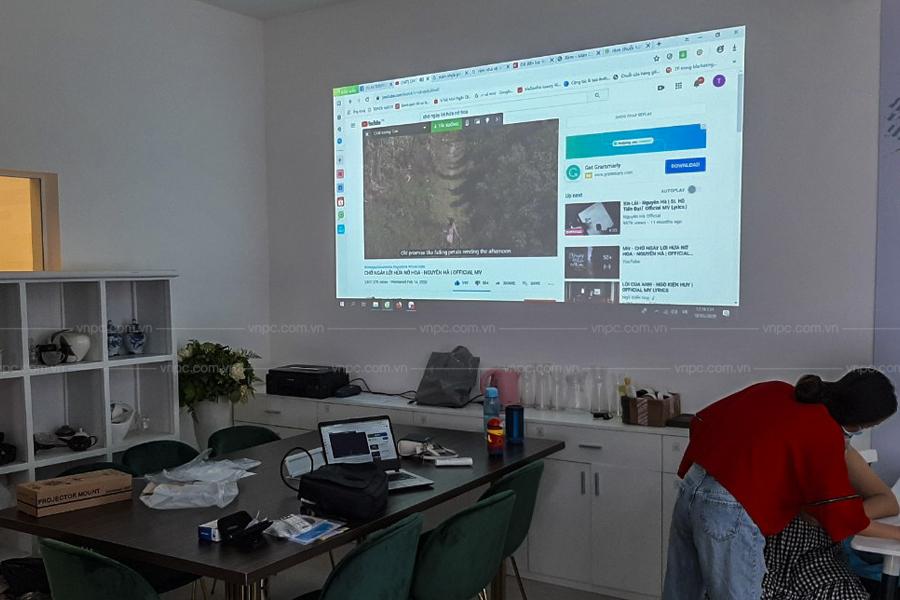 Lắp đặt máy chiếu Epson EB-X41 treo trần chiếu trực tiếp lên tường