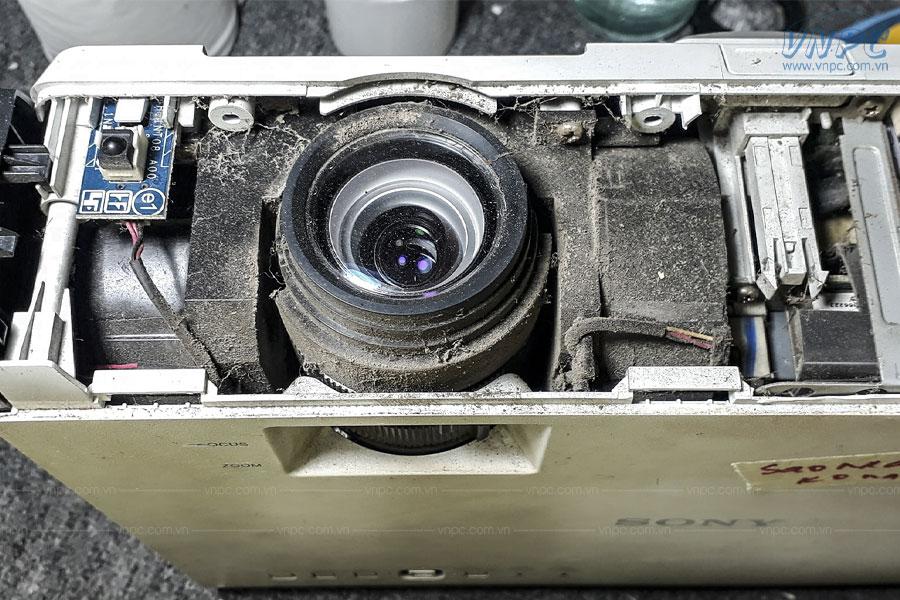 Ống kính máy chiếu bám bụi