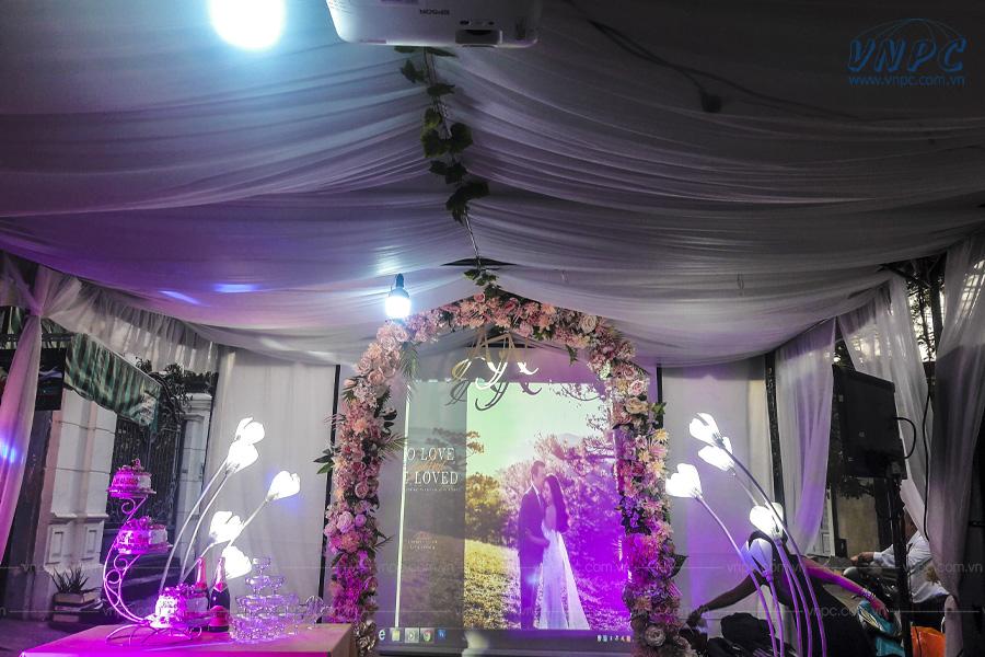 Cho thuê máy chiếu sân khấu đám cưới giá rẻ tại VNPC