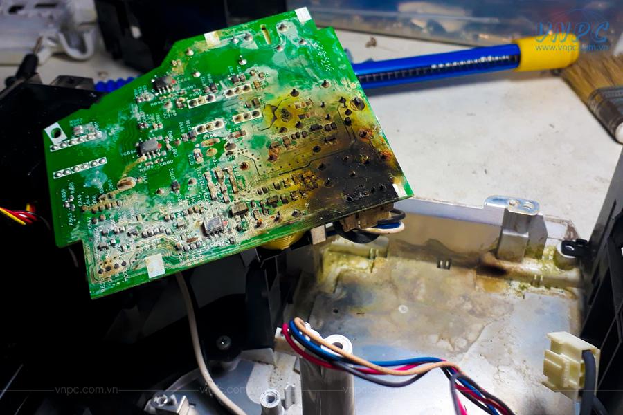 Máy chiếu chị cháy main do hơi ẩm từ môi trường sử dụng